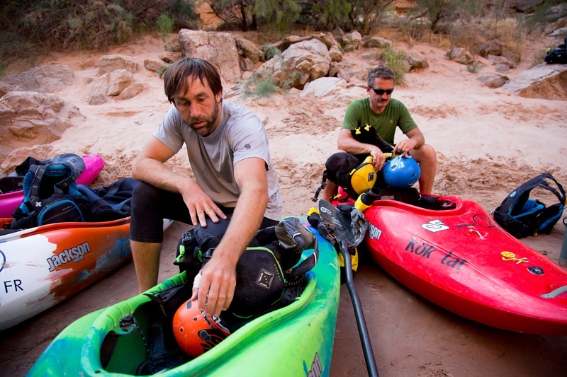 Erik Weihenmayer on the beach with fellow blind kayaker Lonnie Bedwell